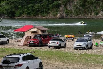 Vă pregătiți pentru camping?